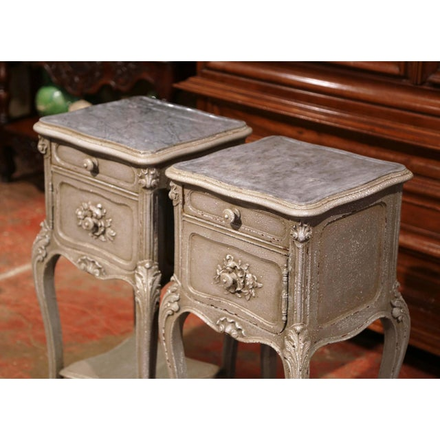 French Pair of 19th Century French Louis XV Carved Painted Nightstands With Marble Top For Sale - Image 3 of 10