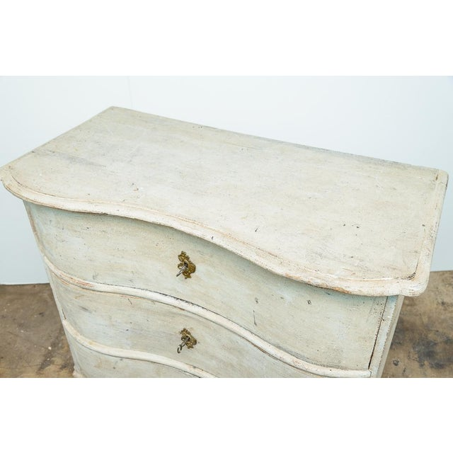 Great Swedish, period bow-front painted wood chest of drawers, 18Th century. This chest has a bow-front from the bottom to...