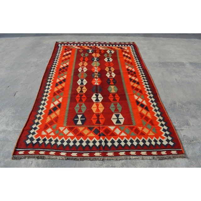 Persian Handwoven Shirazi Red & Orange Kilim Wool Rug - 5′3″ × 8′3″ For Sale In Orlando - Image 6 of 6