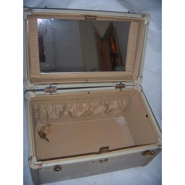 Mid-Century Samsonite Beige Vinyl Cosmetics Case - Image 6 of 7