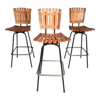 Set of Three Midcentury Slat-Back Swivel Bar Stools After Umanoff For Sale
