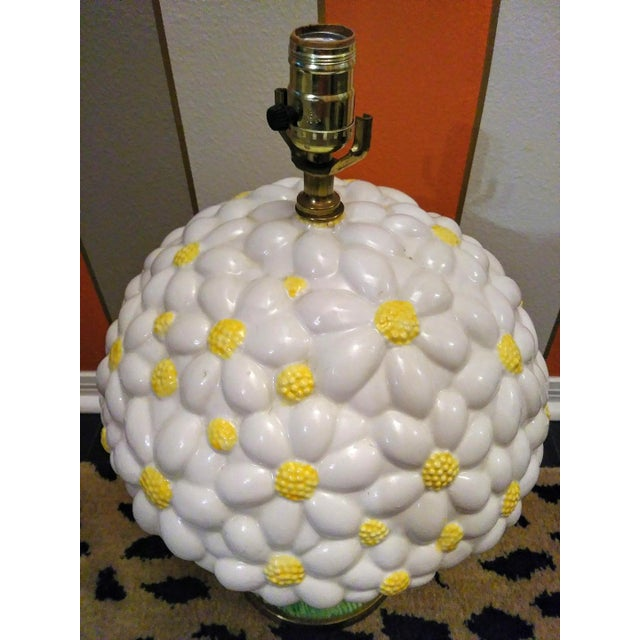 1970s Rare Vintage Paul Hanson Large Daisy Bouquet Ceramic Table Lamp W/ Shade For Sale - Image 5 of 6