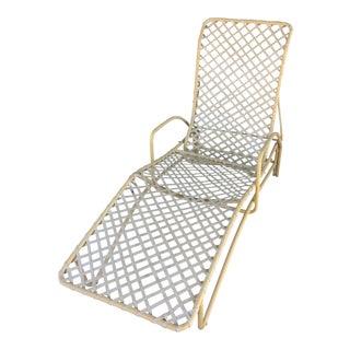 1950s Mid-Century Modern Brown Jordan Eggshell Aluminum Patio Chaise Lounge Chair