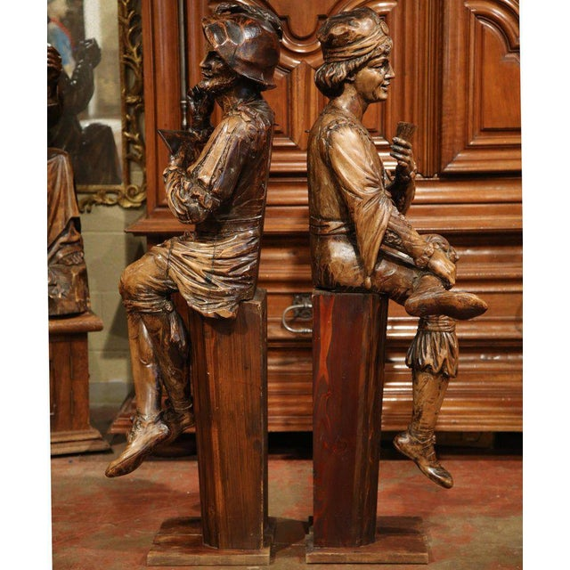 """Mid-18th Century """"The Cards Players"""" Italian Carved Walnut Statues - A Pair For Sale In Dallas - Image 6 of 10"""