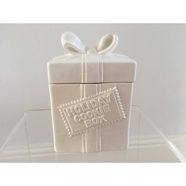 Traditional 1980s Fitz & Floyd Ceramic Gift Box For Sale - Image 3 of 4