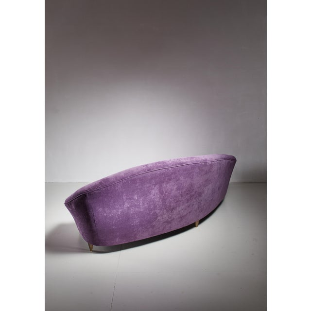 Large 1950s Curved Violet Sofa in Mint Condition, Italy For Sale - Image 4 of 5