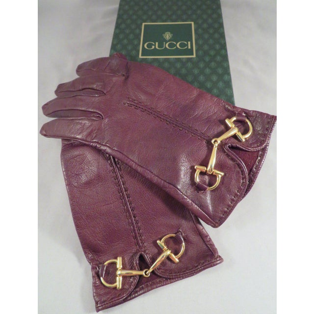 For your consideration is this stunning pair of high-quality brown leather gloves by Gucci with gold horse bit hardware....