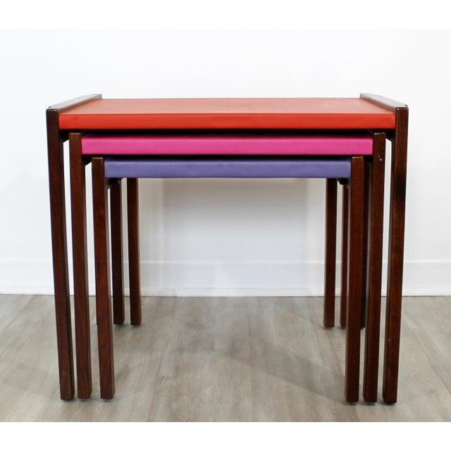 1960s Mid Century Modern Walnut Vinyl Nesting Side Tables Jens Risom Pink - Set of 3 For Sale - Image 5 of 9