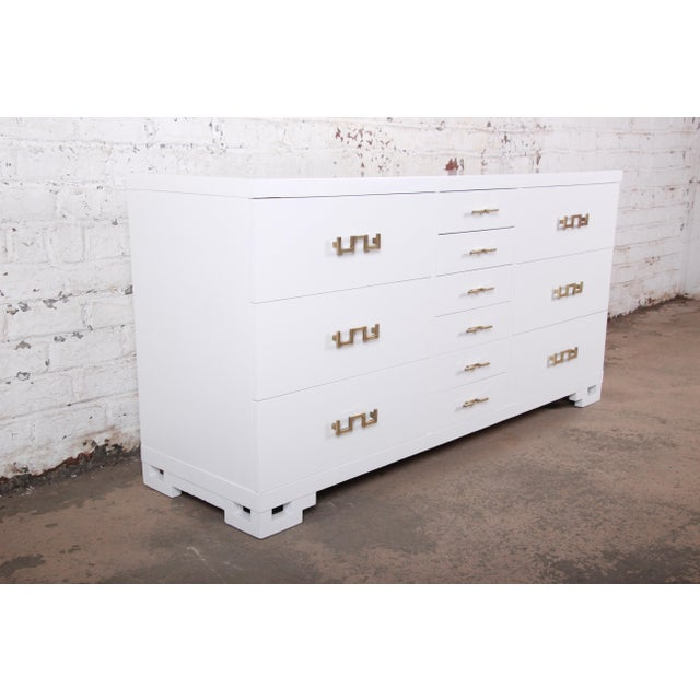 1950s Mid-Century Modern Hollywood Regency Chinoiserie White Lacquered Twelve-Drawer Dresser or Credenza, Newly Restored For Sale - Image 5 of 13