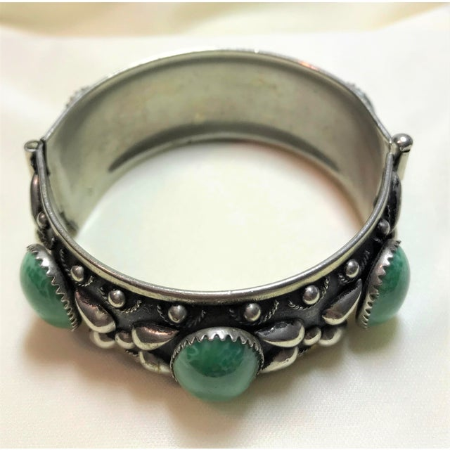 Boho Chic 1940 Silver-Plated Green Cabochon Hinged Bangle For Sale - Image 3 of 8