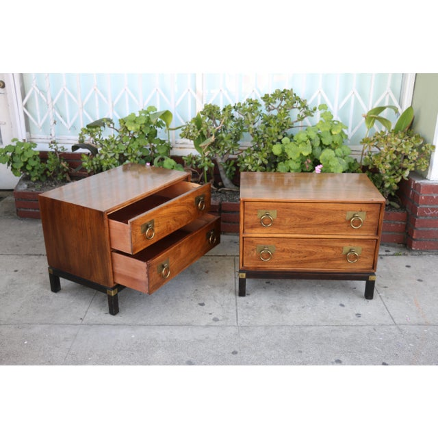 Henredon 1970s Mid-Century Modern Henredon Nightstands with Brass Accent - a Pair For Sale - Image 4 of 12