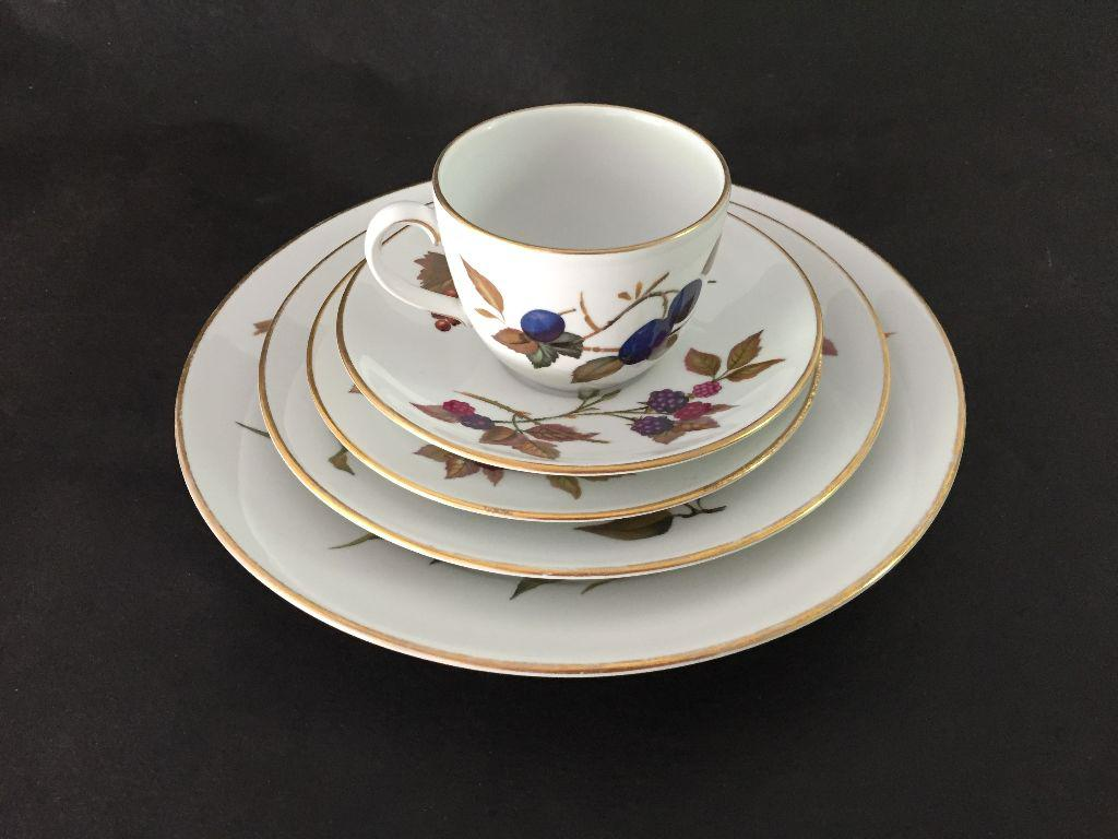 Cottage Vintage Royal Worcester Fine Porcelain 5 Piece Set For Sale   Image  3 Of 7