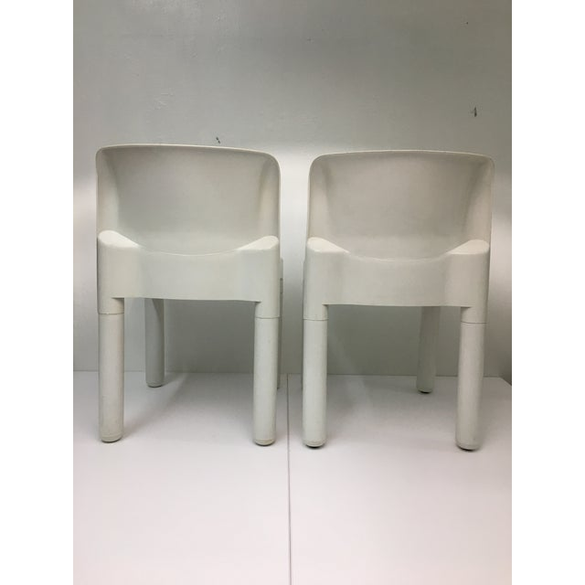Kartell 1970s White Plastic Chairs #4875 by Carlo Bartoli for Kartell - a Pair For Sale - Image 4 of 9