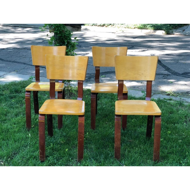 Original mid century Thonet bent plywood chairs made by the Thonet company of New York. Four bentwood chairs with blond...