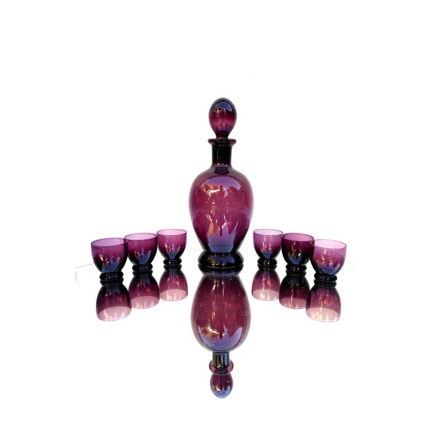 1950s Mid-Century Amethyst Art Glass Party Barware Set || 7-Piece Italian Purple Glass Decanter + 6 Glasses For Sale - Image 5 of 13