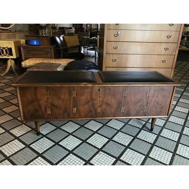 This is a vintage cedar chest manufactured by Lane, probably in the late 1950's. Has inlay across front and exposed...