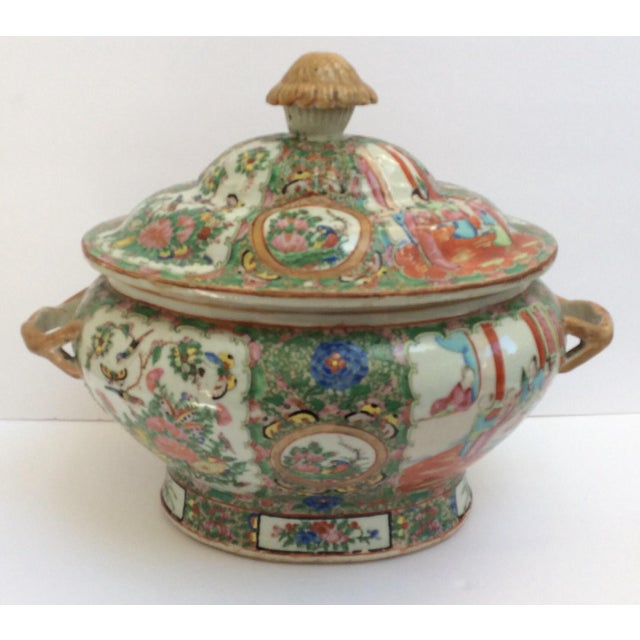 Wonderful large Porcelain Rose canton tureen from the 19th Century.