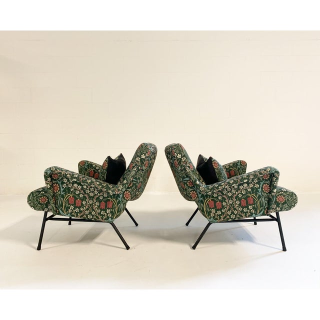 The traditional floral of William Morris on such a modern silhouette! We love it. The lines on these lounge chairs are so...