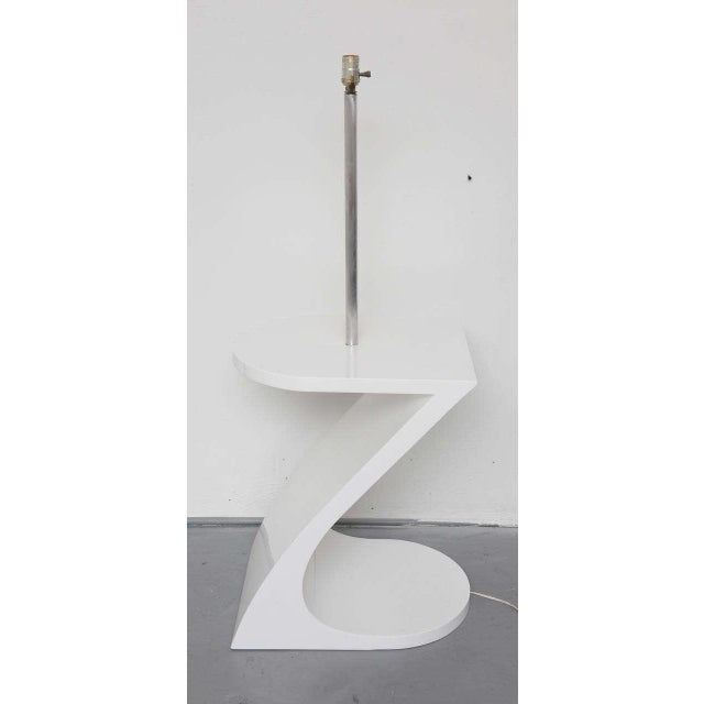White Lacquer Floor Lamp with Tray 1970s For Sale - Image 4 of 10