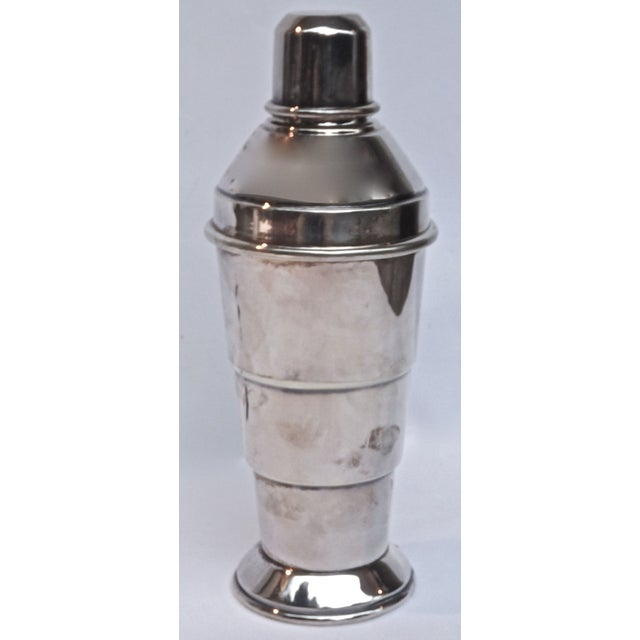 Dating back to between 1910-1950, this Art Deco style English silver-plated cocktail shaker is sure to add some luxury to...