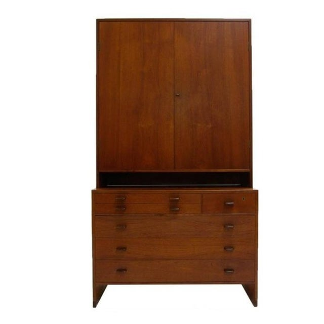 Stunning all original Hans Wegner teak chest with functional top unit. Unit features a six-drawer chest with two felt...