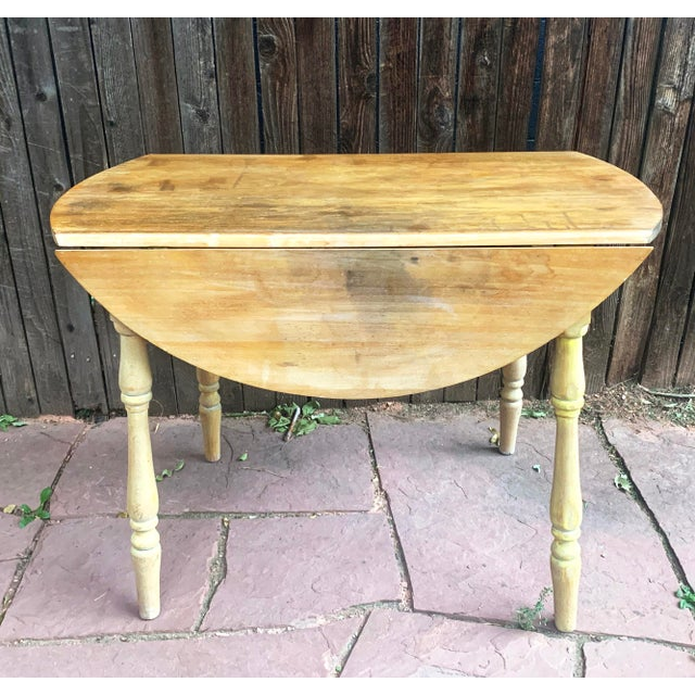 Early - mid 1900s drop leaf table. Made from pine with beautifully turned legs. This table has great action along the drop...