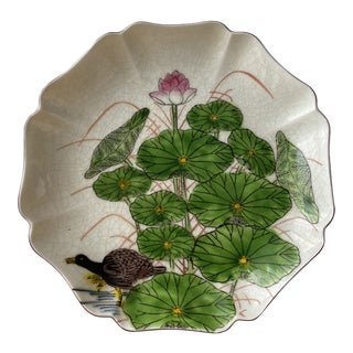 Early 20th Century Chinoiserie Pedestal Plate With Scalloped Edges For Sale