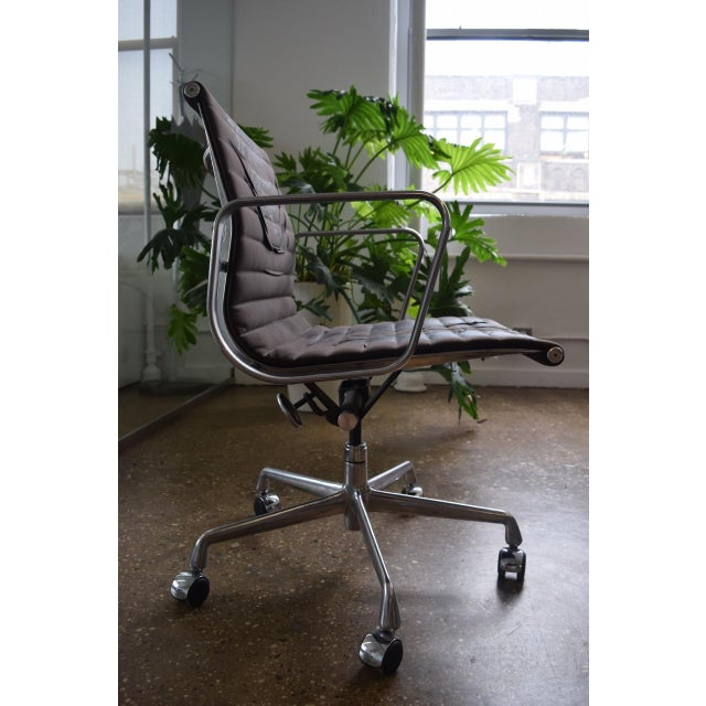 Eames Aluminum Group Management Chair - Image 3 of 5