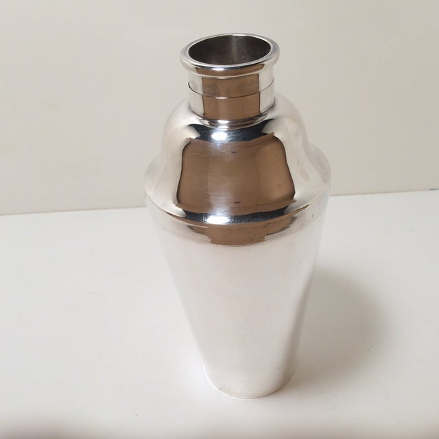 Cross Arrow Silver Plated Lift & Pour Cocktail Shaker For Sale - Image 4 of 12