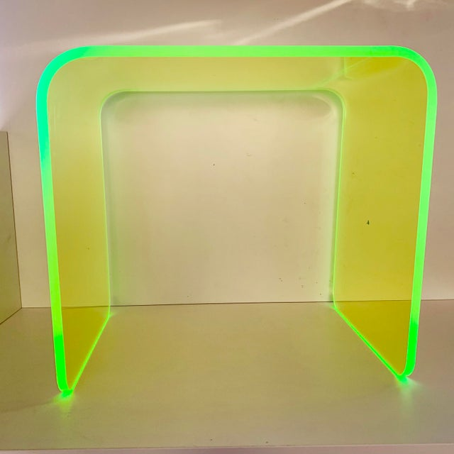 This gorgeous specimen is one of the first in our new line of Neon acrylic tables. Done in the iconic waterfall shape...