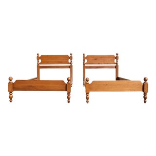 Antique Pair Sweat Comings Traditional American Solid Maple Cannonball Twin Beds For Sale