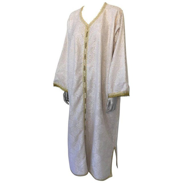 Moroccan Vintage Caftan in White and Gold Lace 1970s Kaftan Maxi Dress Large For Sale - Image 9 of 9