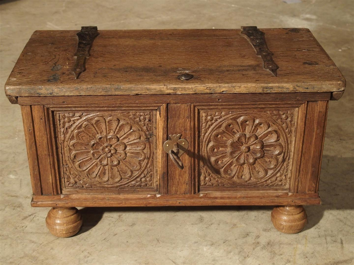 Charmant Brown Small Antique Oak Table Trunk From Spain, 17th Century For Sale    Image 8