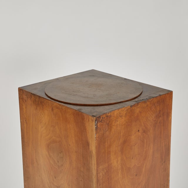 Walnut plinth with revolving top for sculpture display from late 19th century England.