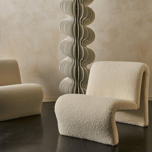 Modern Pair of Curvy Sculptural Lounge Chairs in Ivory Boucle For Sale - Image 3 of 11