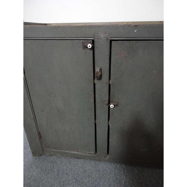 Early 19th century Original Grey Over Red Pennsylvania Hutch/Cupboard For Sale In Los Angeles - Image 6 of 8