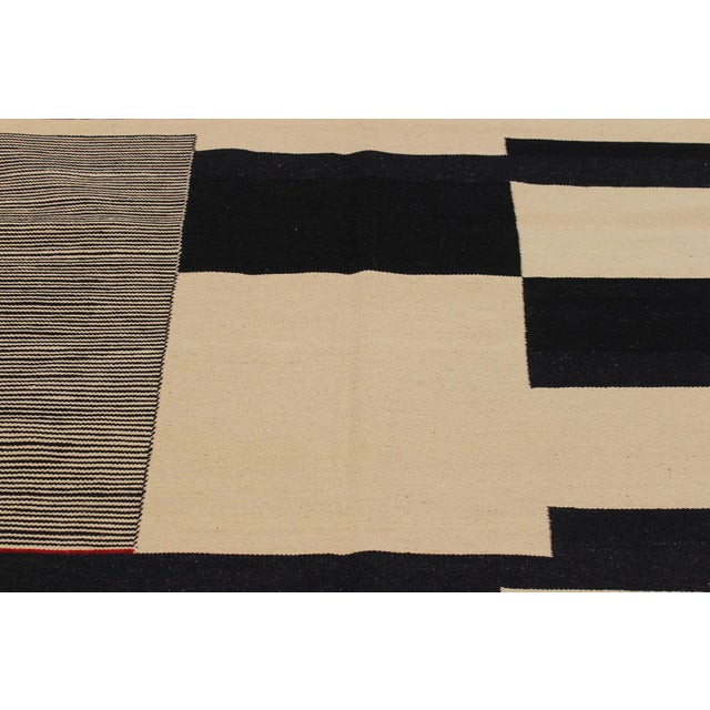 Modern Abstract Kilim Aleen Black Hand-Woven Wool Rug -5′7″ × 8′ For Sale In New York - Image 6 of 8