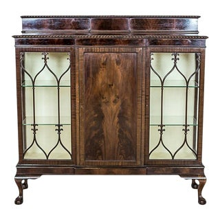 20th-Century English Showcase in the Chippendale Type Veneered with Mahogany For Sale