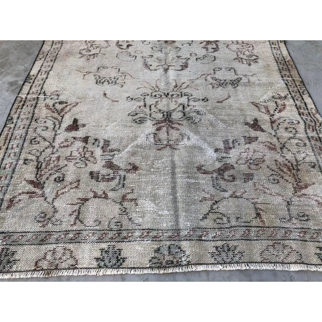 1960s Vintage Turkish Handmade Carpet - 4′7″ × 8′4″ For Sale - Image 9 of 11