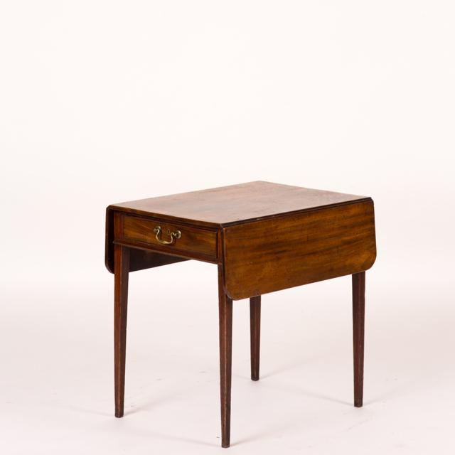 A George III Pembroke drop leaf table in mahogany. This piece would look great in a living room.