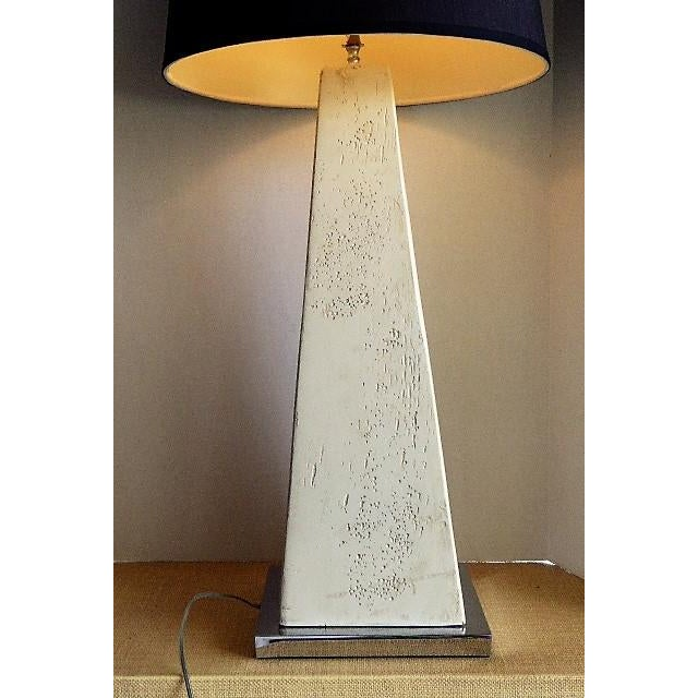 Hollywood Regency Pair of Modern Obelisk Table Lamps For Sale - Image 3 of 11