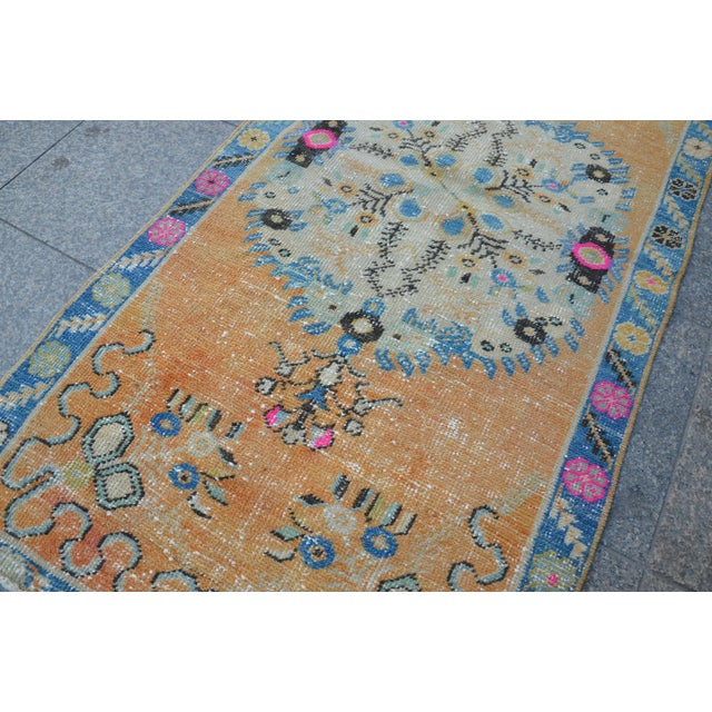 Apricot Turkish Oushak Vintage Tribal Wool Carpet - 2′8″ × 5′6″ For Sale - Image 8 of 11