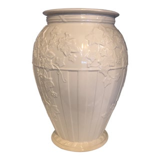 1990s Hollywood Regency Wedgwood Classic Gardens Cream Fluted Vase For Sale