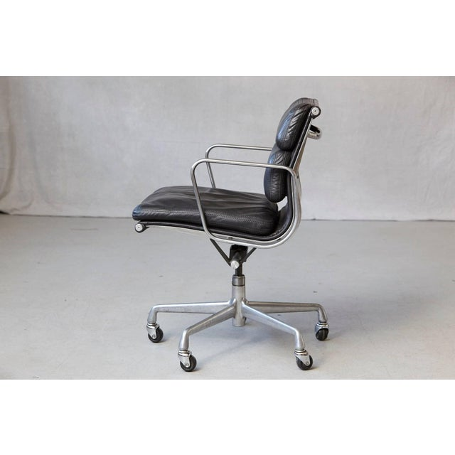 Late 20th Century Eames Aluminum Group Black Leather Soft Pad Chair on Casters for Herman Miller For Sale - Image 5 of 11