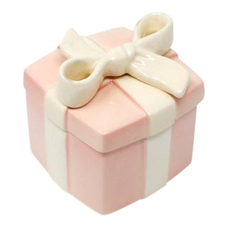 Vintage Fitz Floyd Pink Ceramic Box With White Bow For Sale