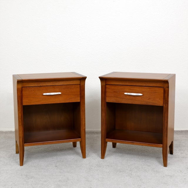 "1950s Drexel ""Profile"" Dresser and Nightstands Set by John Van Koert - Set of 3 For Sale In Las Vegas - Image 6 of 8"