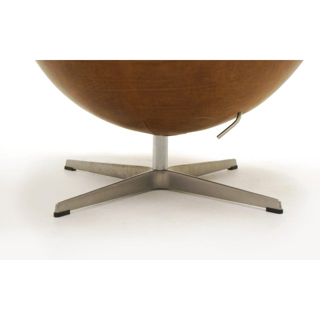Brown Pair of Arne Jacobsen Egg Chairs With Ottomans for Fritz Hansen, Cognac Leather For Sale - Image 8 of 9