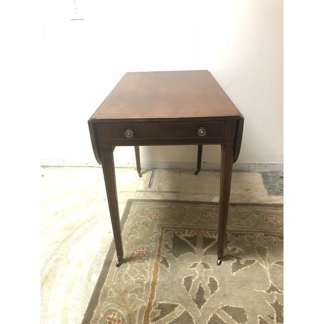 This Antique Hepplewhite Pembroke Sheraton Period drop-leaf table in walnut inlaid with satinwood. 1800-1830 on original...