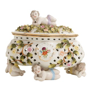 1930s French Porcelain Casket Featuring Cherubs and Floral Decoration For Sale