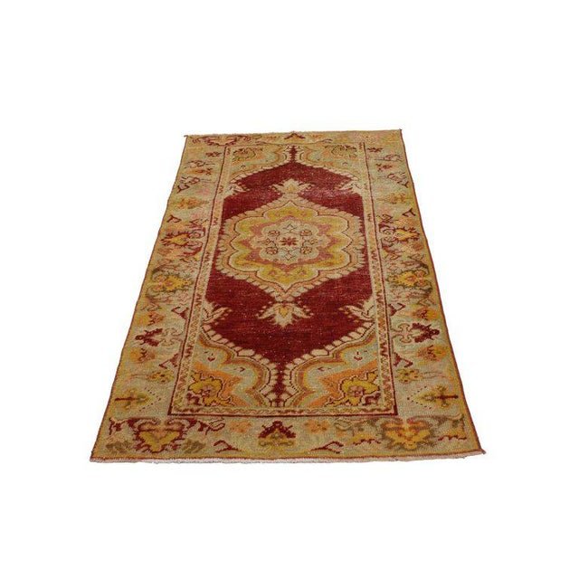 This vintage Turkish Oushak rug features a modern traditional style. Immersed in anatolian history and refined colors,...